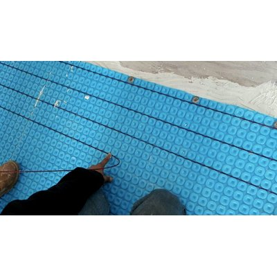 Electric heating cable installation with uncoupling installation membrane